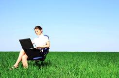 bizneswomanu laptopu łąkowy target509_0_ Zdjęcia Stock