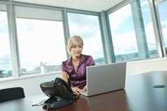 bizneswomanu laptopu działanie Obrazy Stock