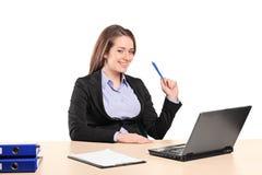bizneswomanu laptopu pracujący potomstwa Obrazy Royalty Free