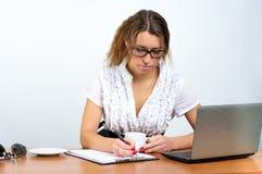 bizneswomanu śliczna planowania praca Fotografia Stock