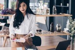 Bizneswomanu mienia dokument przy miejscem pracy początkowy kobiety worek obraz royalty free