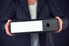 Bizneswomanu mienia dokumentu ringowy segregator z pustą etykietką jako c Fotografia Stock