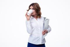 Bizneswomanu mienia falcówki i pić kawa Fotografia Stock