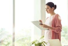 Bizneswomanu mienia kartoteki dokumentu myślący pomysł dla pracy Fotografia Stock