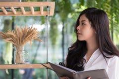 Bizneswomanu mienia notatnik przy biurem młoda kobieta entrepren zdjęcie stock