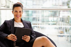 Bizneswomanu mienia pastylki komputer, patrzeje kamera Zdjęcia Royalty Free