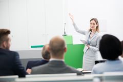 Bizneswomanu mienia pastylki komputer Podczas gdy Dawać prezentaci zdjęcie stock