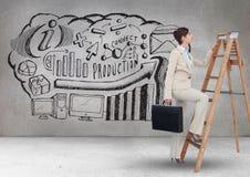 Bizneswomanu mienia teczki pięcie na krok drabinie i grafika na ścianie w tle Zdjęcie Royalty Free
