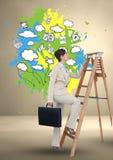 Bizneswomanu mienia teczki pięcie na krok drabinie i grafika na ścianie w tle Obrazy Royalty Free