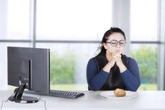 Bizneswomanu modlenie z gotowaną grulą Obraz Royalty Free