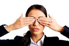 Bizneswomanu nakrycie ono przygląda się z rękami Zdjęcie Royalty Free