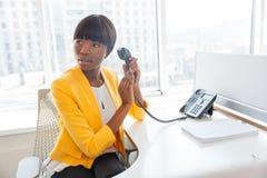 Bizneswomanu nakrywkowy mikrofon na telefonie Obrazy Royalty Free