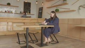 Bizneswomanu networking online na laptopie w kawiarni zbiory