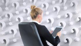 Bizneswomanu obsiadanie na swivel krześle z pastylką Obraz Royalty Free