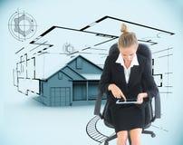 Bizneswomanu obsiadanie na swivel krześle z pastylką Zdjęcie Stock