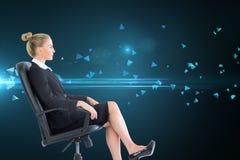 Bizneswomanu obsiadanie na swivel krześle w czarnym kostiumu Zdjęcia Royalty Free