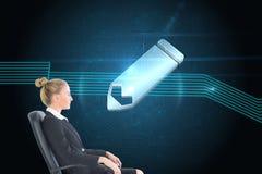 Bizneswomanu obsiadanie na swivel krześle w czarnym kostiumu Zdjęcia Stock