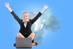 Bizneswomanu obsiadanie przed laptopem z rękami up Zdjęcie Royalty Free