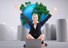 Bizneswomanu obsiadanie przed laptopem z rękami up Obrazy Royalty Free