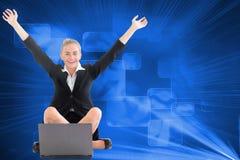 Bizneswomanu obsiadanie przed laptopem z rękami up Fotografia Royalty Free