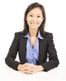 bizneswomanu obsiadanie przy biurkiem zdjęcia stock