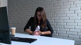Bizneswomanu obsiadanie przy biurkiem i mieć żołądka ból w biurze podczas gdy pracujący na peceta komputerze zbiory