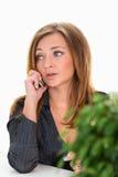 Bizneswomanu obsiadanie przy stołem i opowiadać na telefonie na białym tle Biznesowy pojęcie biurowa praca Obrazy Stock