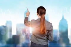 Bizneswomanu odciskania guziki na kreskowej mapie Fotografia Royalty Free