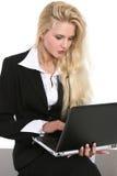bizneswomanu odosobneni laptopu biel potomstwa Obrazy Stock