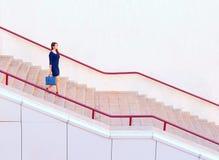 Bizneswomanu odprowadzenia puszka schodki fotografia royalty free