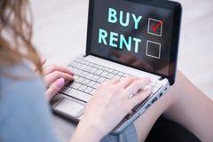 Bizneswomanu okładzinowy dylemat kupienie versus wynajmowanie obrazy royalty free