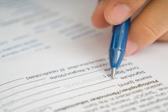 Bizneswomanu podpisywania biznesowa kontraktacyjna zgoda, zamyka up żeńska ręka z ołówkowym writing podpisem zdjęcia stock