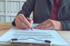 Bizneswomanu podpisywania kontraktacyjna i biznesowa partnerstwo zgoda obrazy royalty free