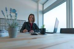 Bizneswomanu podpisywania kontraktacyjna i biznesowa partnerstwo zgoda zdjęcie stock