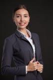 bizneswomanu portret uśmiechnięci young pojęcia prowadzenia domu posiadanie klucza złoty sięgający niebo Fotografia Royalty Free