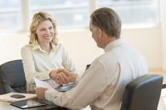 Bizneswomanu powitania kolega W biurze Zdjęcie Stock