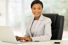 Bizneswomanu pracujący laptop Obraz Stock