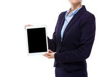 Bizneswomanu przedstawienia cyfrowa pastylka z pustym ekranem Obraz Royalty Free