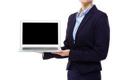 Bizneswomanu przedstawienia laptop z pustym ekranem Obraz Stock