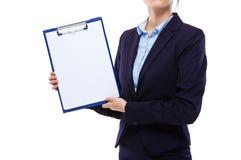 Bizneswomanu przedstawienia schowek z białym papierem Fotografia Royalty Free