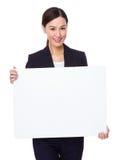 Bizneswomanu przedstawienie z puste miejsce deską Obraz Stock