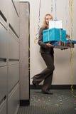 Bizneswomanu przewożenia stos teraźniejszość Zdjęcia Royalty Free