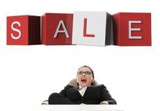 bizneswomanu przyglądający sprzedaży znak zaskakujący obraz stock