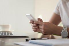 Bizneswomanu przyglądający znacząco kontakt na telefonie zdjęcie royalty free