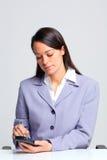 bizneswomanu smartphone używać Zdjęcia Royalty Free