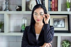 Bizneswomanu spojrzenia lidera mądrze feminizm Fotografia Royalty Free