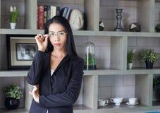 Bizneswomanu spojrzenia lidera mądrze feminizm Obraz Stock