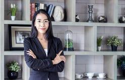 Bizneswomanu spojrzenia lidera mądrze feminizm Zdjęcie Royalty Free