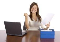 bizneswomanu szczęśliwy sprawozdania gospodarstw Fotografia Royalty Free