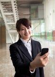 bizneswomanu telefonu mądrze dopatrywania potomstwa Obrazy Stock